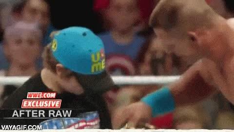 Enlace a En WWE no todos los golpes son entre luchadores, algunos saben golpear donde hace más falta