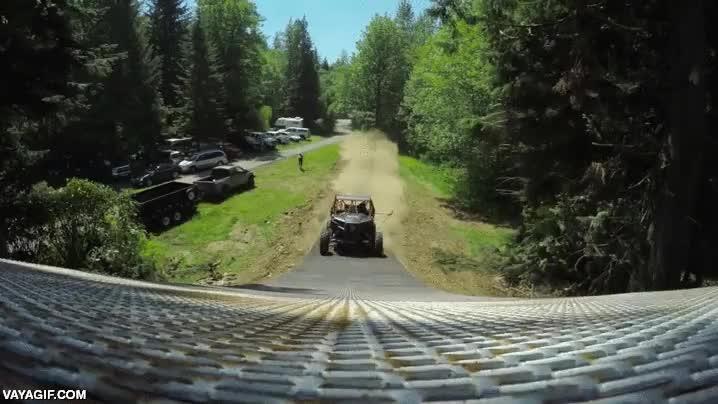 Enlace a Un salto increíble con una especie de buggy, grabado desde un helicóptero