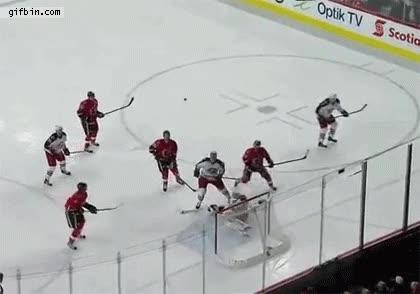 Enlace a Un portero de hockey sobre hielo hace un paradón de chilena