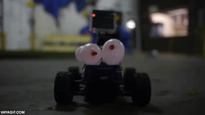 Enlace a Así juegan estos amigos, coches teledirigidos con globos atados y cuchillos en el morro
