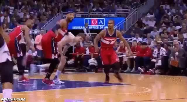 Enlace a La temporada de NBA acaba de empezar pero algunos señores no pierden el tiempo