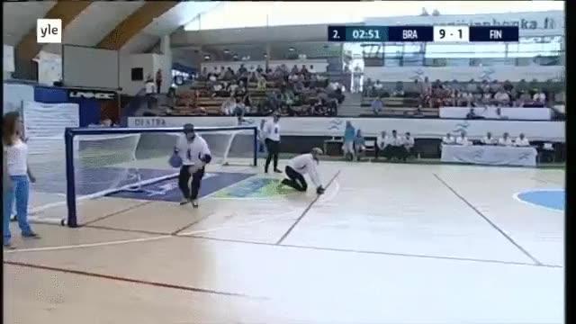 Enlace a Esto es goalball, un deporte basado en el oído practicado por ciegos