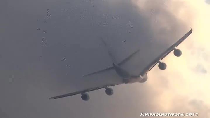 Enlace a Un avión atravesando las nubes