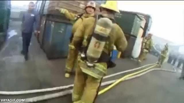 Enlace a Explosión de titanio en esta fábrica en llamas con los bomberos bien cerca
