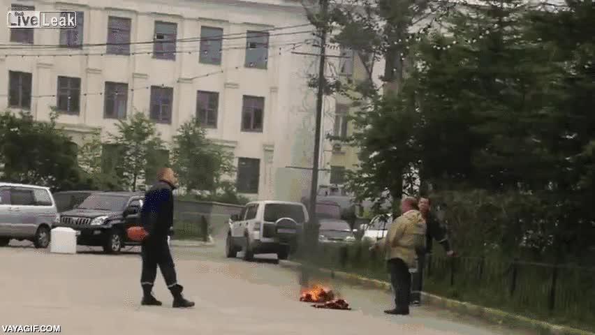 Enlace a La rápida intervención de la policía rusa impide que este hombre se queme vivo a lo bonzo