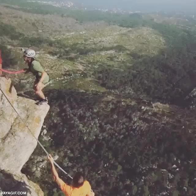 Enlace a Una caída de 180 metros atado a una cuerda que quita el hipo solo con verla
