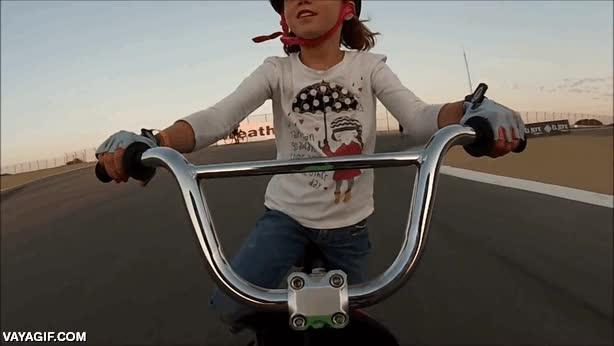 Enlace a Esta pequeña afortunada tuvo la oportunidad de conducir su bici por el circuito de Laguna Seca