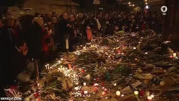 Enlace a Un gracioso tiró un petardo cerca de un acto de recuerdo a las víctimas de París y cundió el pánico