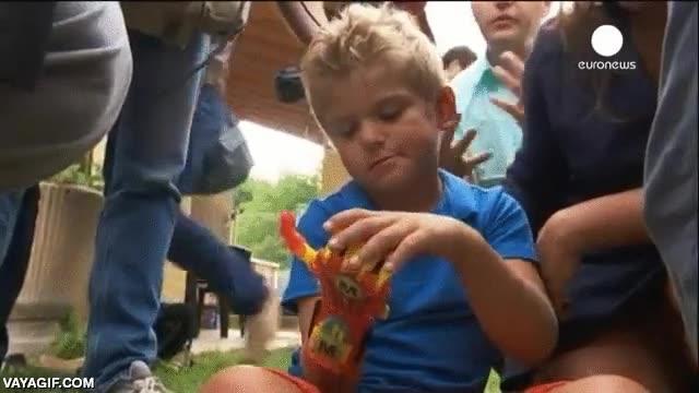 Enlace a Este niño de 6 años recibe su primera prótesis de mano impresa en 3D