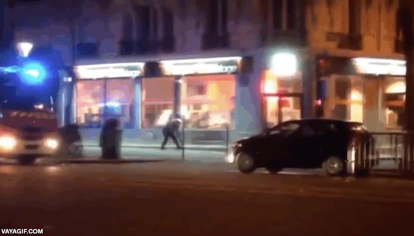 Enlace a Uno de los policías más valientes en los atentados de París, yendo directo hacia los disparos, solo