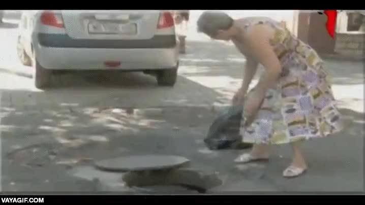 Enlace a Esta señora rusa decide salir a tirar la basura