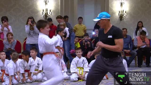 Enlace a Jean Claude Van Damme dando una master class con estos jóvenes aprendices