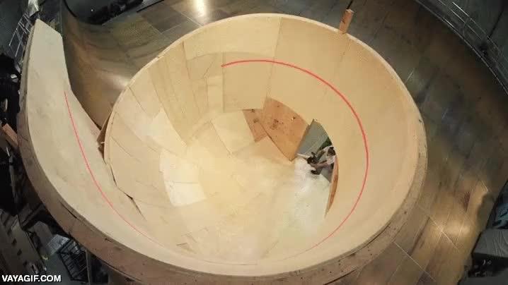 Enlace a Tony Hawk se construye el primer looping horizontal en un skate park