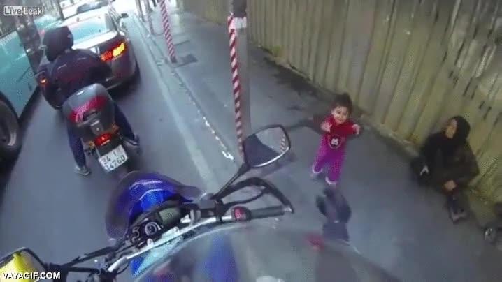 Enlace a Un precioso momento de ternura entre una niña en la calle y un motorista