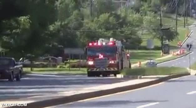 Enlace a Hace falta mucha habilidad para conducir un camión de bomberos de este tamaño y de esta manera