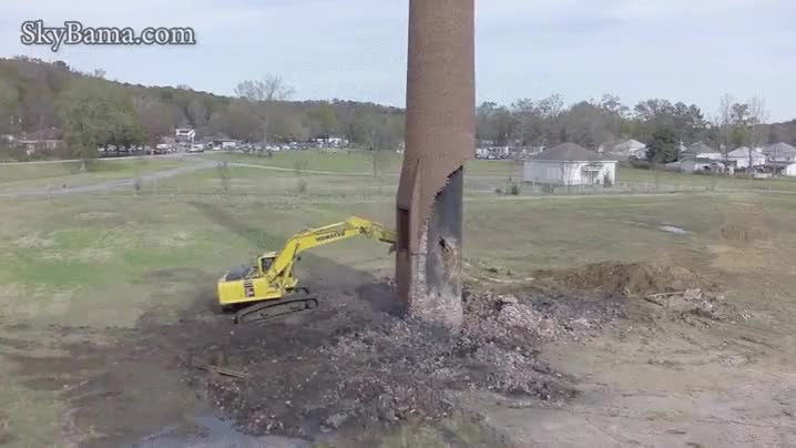 Enlace a Demoler una chimenea aislada en mitad de un campo de la peor manera posible