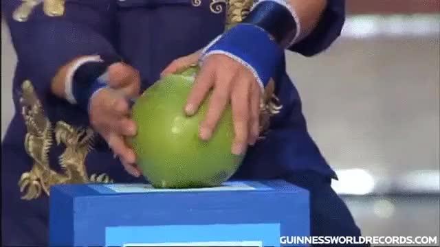Enlace a La reacción del hombre que batió el récord Guinness en romper cocos con un dedo