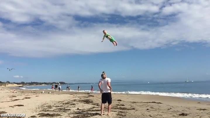 Enlace a Lanzar al niño al aire tiene sus riesgos pero los niños lo disfrutan