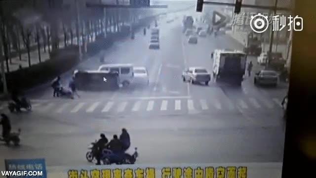 Enlace a Una cámara de tráfico en China registró esto, ¿Magneto eres tú?