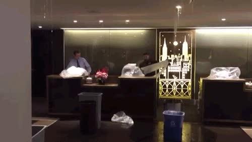 Enlace a Ese momento incómodo en que empieza a llover en el hall de tu hotel
