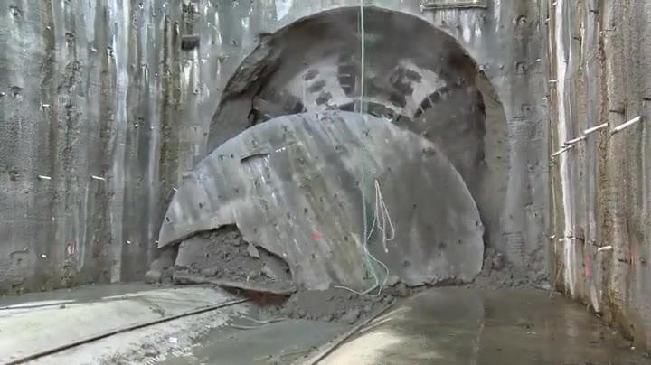 Enlace a El momento en que una tuneladora de 10 metros de diámetro llega al otro extremo del túnel