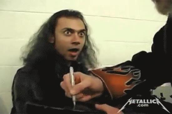 Enlace a Esta es la cara de un fan cuando James Hetfield de Metallica aparece y le firma una guitarra