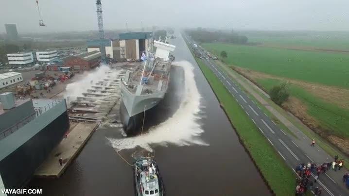 Enlace a La olas que genera un gran barco al ponerlo en el agua por primera vez