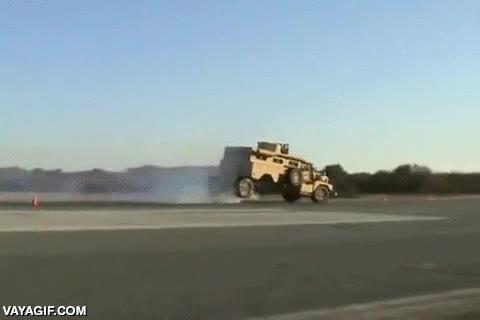Enlace a Prueba de frenado de un vehículo blindado a unos 100 km/h que no sale todo lo bien que cabía esperar