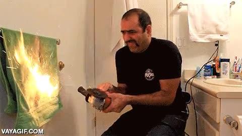 Enlace a Hoy, en maneras estúpidas de provocar un incendio doméstico, ¡la sierra de disco y la cuchara!