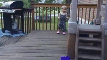 Enlace a Esta niña ya tiene un mejor amigo con lo pequeñita que es