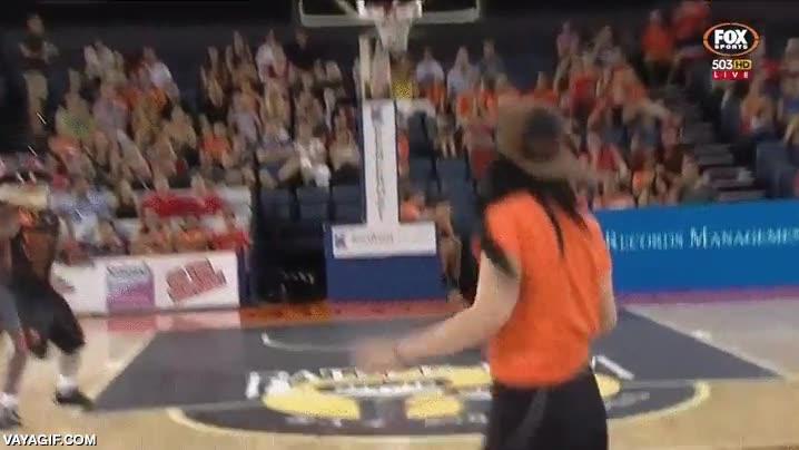Enlace a El mejor peor lanzamiento desde medio campo en el descanso de un partido de basket