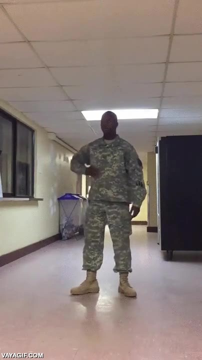 Enlace a No sé si este soldado está desperdiciando su gran talento para el baile o en realidad ya es cyborg