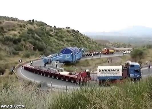 Enlace a Todo un convoy de camiones transportando maquinaria de gran tonelaje por un puerto de montaña
