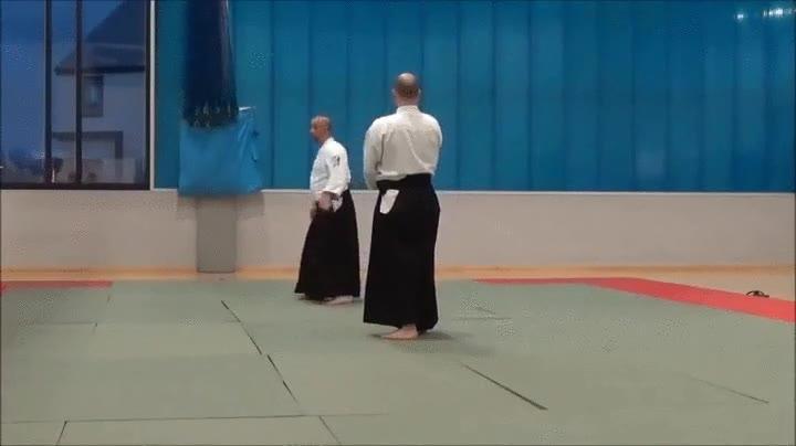 Enlace a Este sensei de Aikido nos enseña la mejor manera de defendernos ante un oponente con espada