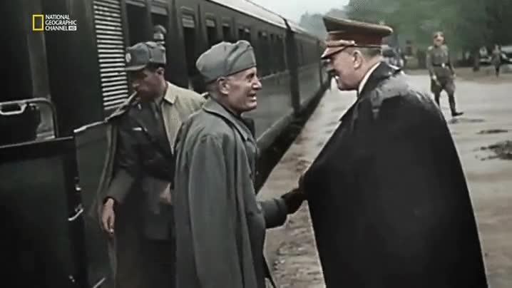 Enlace a El apretón de manos raruno entre Hitler y Mussolini
