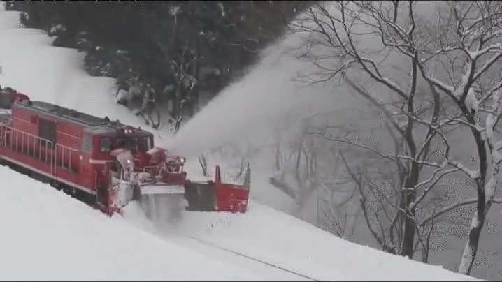 Enlace a Así avanzan los trenes en paisajes enterrados en nieve