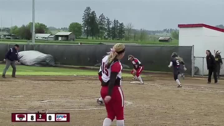 Enlace a Un espontáneo salta al terreno de juego de este partido de softball y se dedica a robar guantes