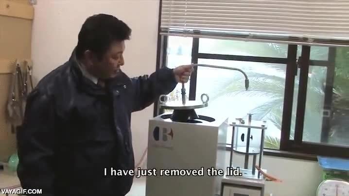 Enlace a Este científico japonés inventa una fábrica que convierte el plástico en combustible