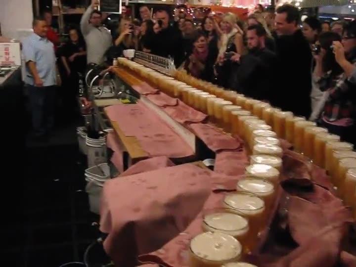Enlace a Un efecto dominó mucho más festivo de lo que acostumbran a ser, un aplauso al barman