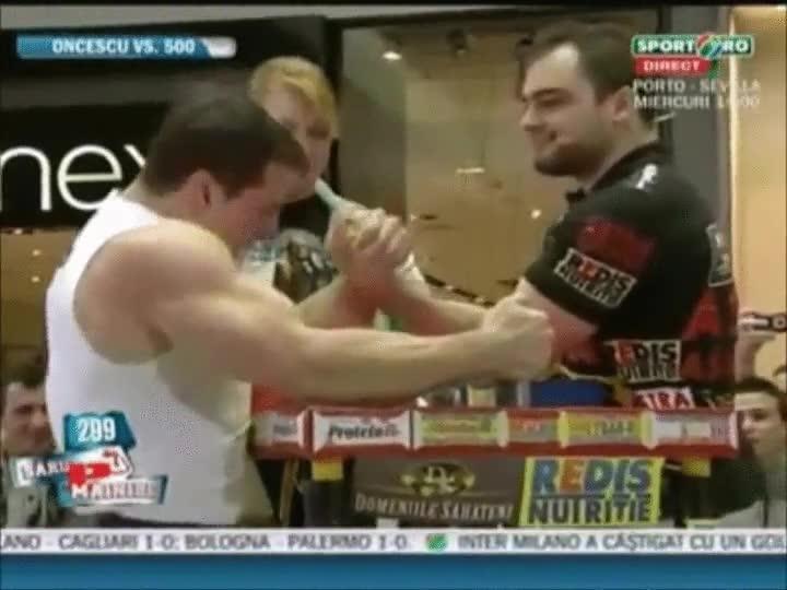 Enlace a Un culturista profesional contra un luchador de pulsos profesional