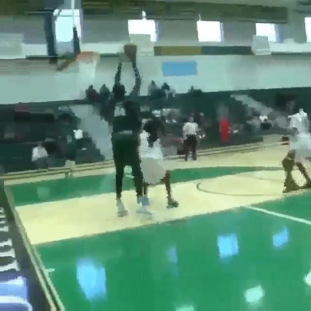 Enlace a Un jugador de basket de instituto de 2,28 debería ser ilegal