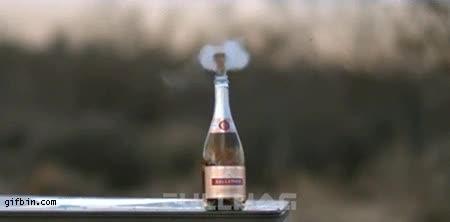Enlace a Y tú siempre descorchando las botellas de cava a mano...
