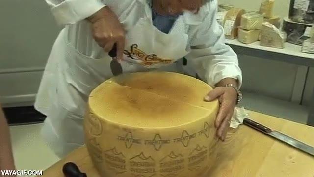 Enlace a Y así se abre por la mitad un queso parmesano de varios kilos