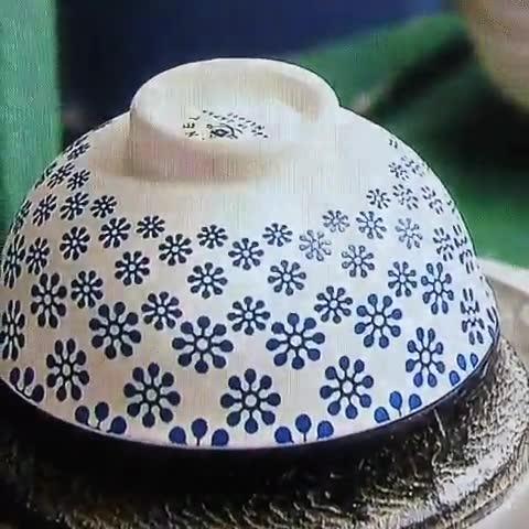 Enlace a Así se pintan los patrones florales en los boles de cerámica actualmente