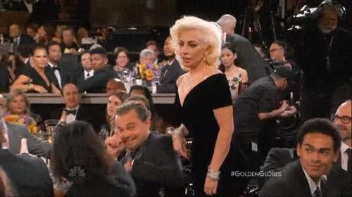 Enlace a La cara de DiCaprio al ser rozado por Lady Gaga no tiene desperdicio