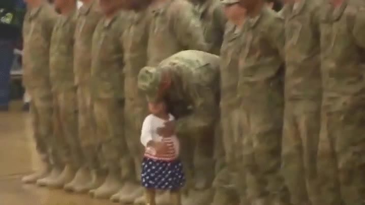 Enlace a Esta pequeña no pudo esperar más en la bienvenida de estos soldados estadounidenses