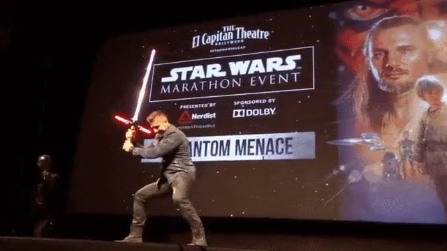 Enlace a Ray Parker (Darth Maul) probando el sable láser de Kylo Ren