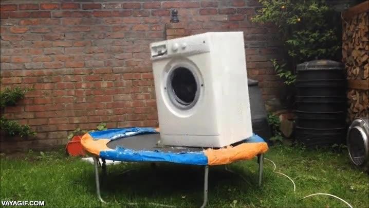 Enlace a ¿Una lavadora con una roca dentro y encima de una cama elástica? ¿Cómo no se ha hecho esto antes?