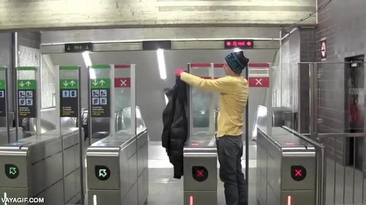 Enlace a Pequeño truco para colarte en el metro
