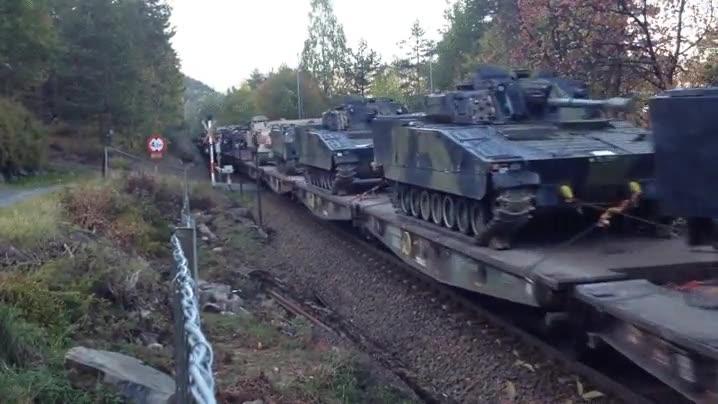 Enlace a Este tren transportando tanques es lo más bélico que verás en todo el día